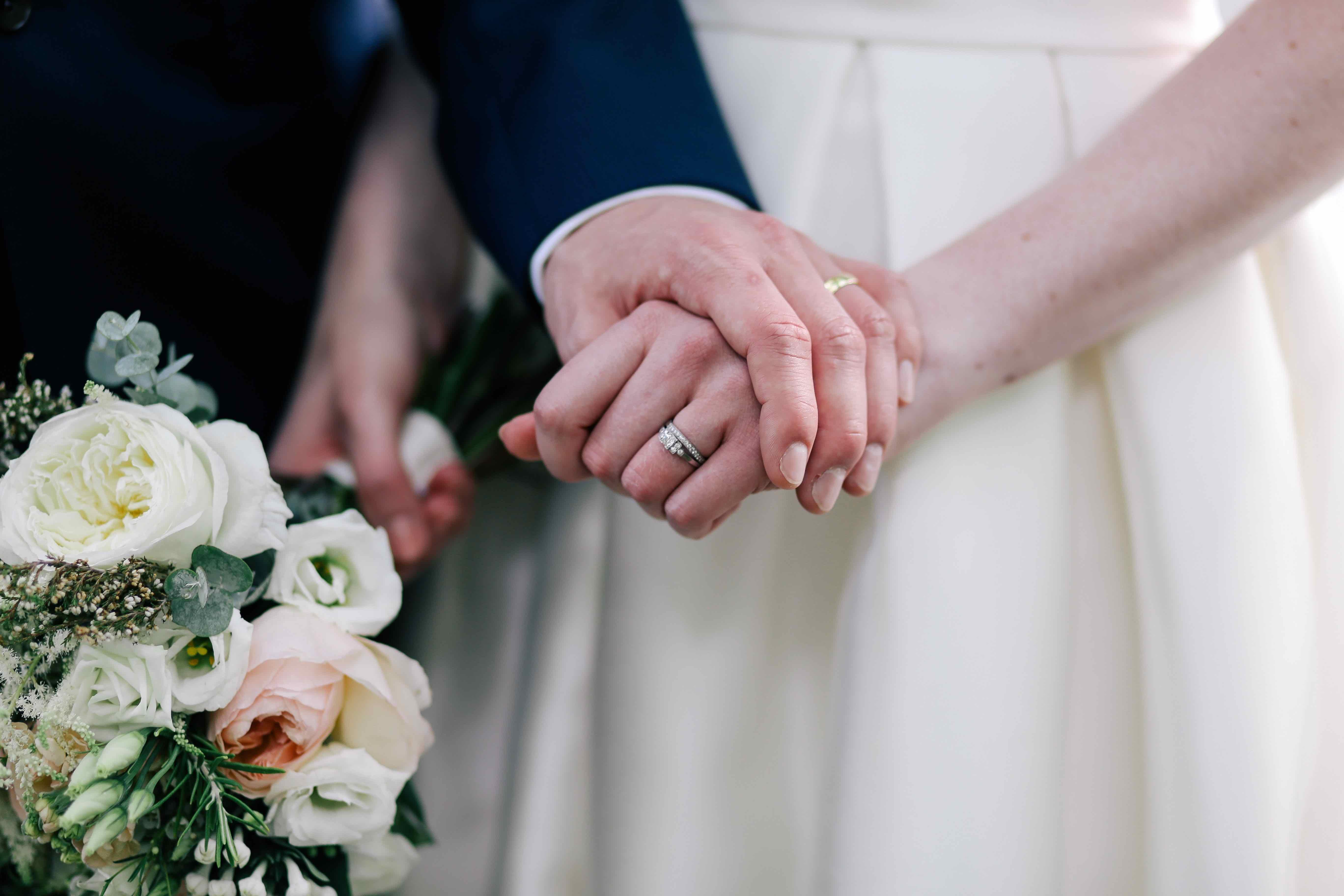 Hände eines Brautpaares; Foto: Lanty / unsplash.com
