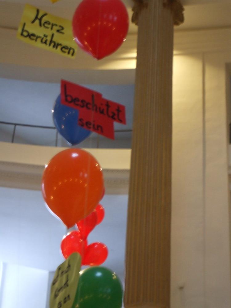 Vorstellung der Koko-Konfis 2010 (Luftballons mit Wünschen); Bild: R. Hennings