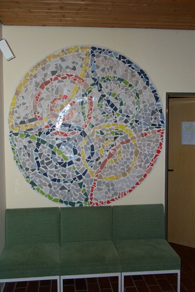 Mosaik in der Christuskirche aus bunten Tonscherben gebastelt; Bild: M. Frebel
