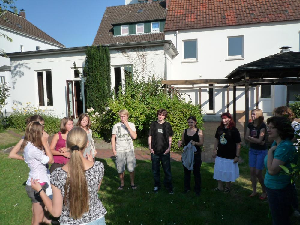 Teamertreff 2009 (Jugendliche stehend im Kreis und spielen); Bild: R. Hennings