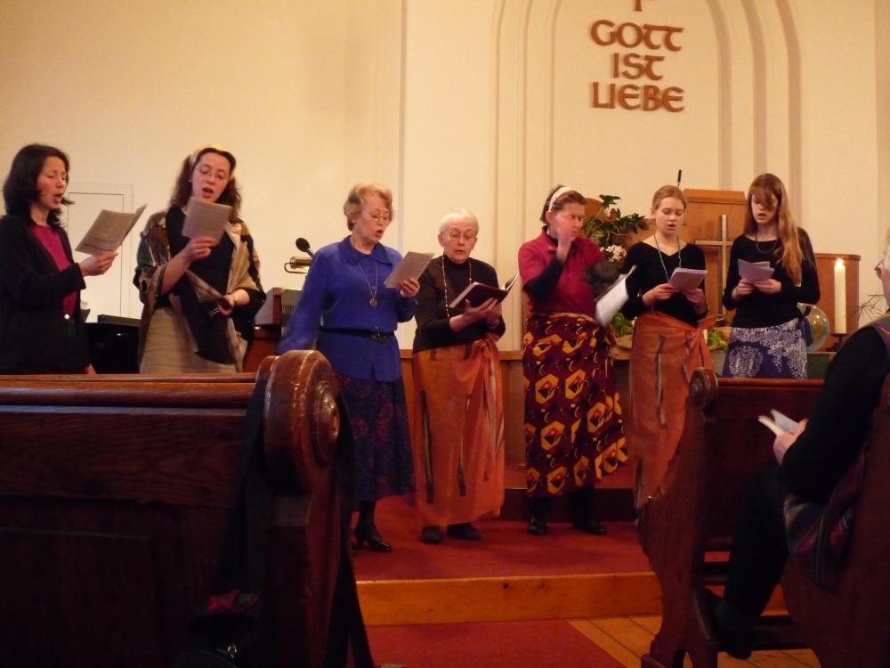 Weltgebetstag 2009 in der Friedenskirche (singende Frauen am Altar); Bild: R. Hennings
