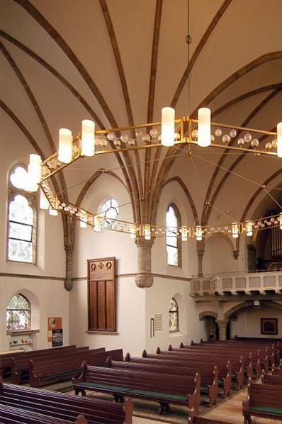 Garnisonkirche von innen mit Kronleuchter und Orgel; Bild: Kirchengemeinde Oldenburg