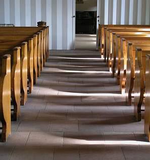 Kirchenbänke der Christuskirche im Licht; Foto: Kerstin Ebel